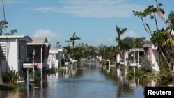 سمندری طوفان کا زور ٹوٹنے کے بعد ساحلی آبادیاں پانی میں ڈوبی پڑی ہیں۔ 11 ستمبر 2017