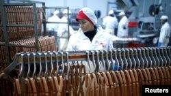 Para pekerja tampak sedang beraktivitas dalam proses produksi sosis di Akova Impex Meat Industry Ovako yang telah menerima sertifikasi halal. Sarajevo, Bosnia dan Herzegovina, 2 Desember 2016 (foto: Reuters/Dado Ruvic)