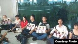 Các bạn trẻ đòi thả các blogger bị bắt ở sân bay Tân Sơn Nhất sau khóa học Xã hội Dân sự tại Philippines.