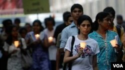 Para warga di Mumbai mengenang serangan teror di Mumbai yang terjadi bulan Desember tahun 2008.