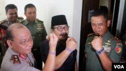 Kapolda, Gubernur dan Pangdam menunjukkan gelang Indonesia Anti ISIS pada sarasehan dan deklarasi di Universitas Airlangga Surabaya, Selasa, 21 April 2015.