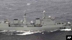 일본 방위성이 16일 공개한 중국 구축함 사진. 방위성에 따르면 이 날 중국 군함 7척이 일본 최서단 요나구니 섬에서 약 50km 떨어진 접속수역을 통과했다.