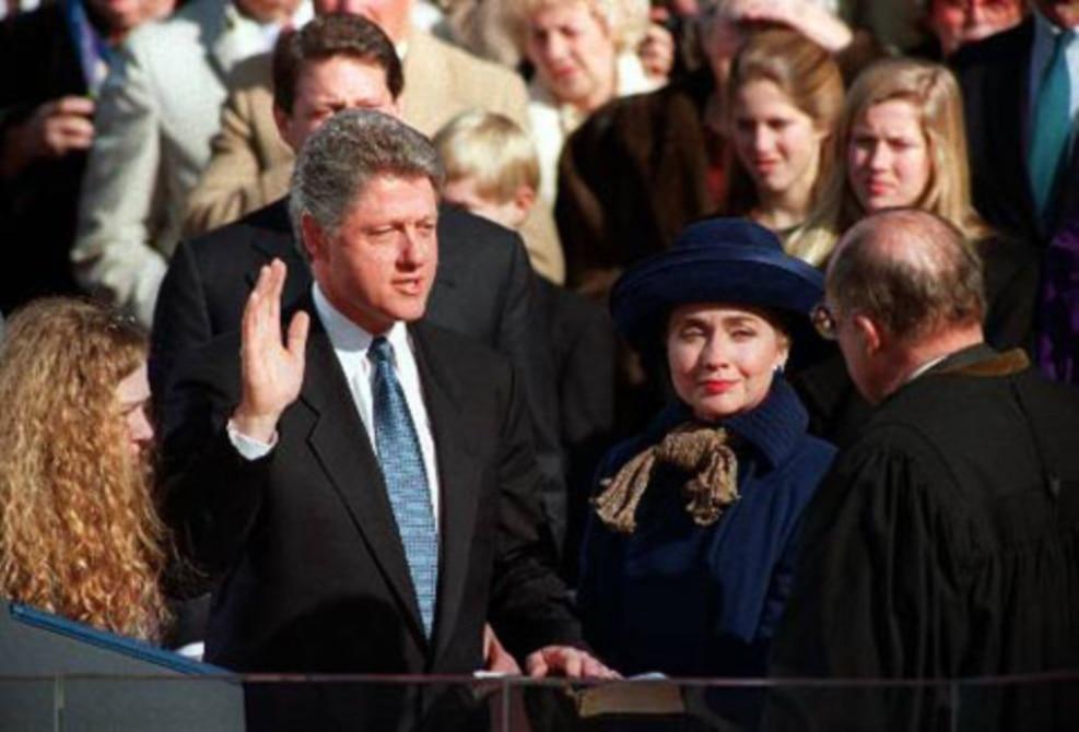 1993年1月20日,比尔·克林顿宣誓就任美国总统。他的妻子和女儿在身旁。