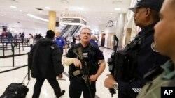 Cảnh sát canh gác tại phi trường quốc tế Hartsfield-Jackson thuộc thành phố Atlanta ở Hoa Kỳ.