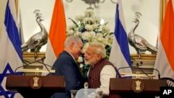 인도를 방문한 벤자민 네타냐후 이스라엘 총리(왼쪽)가 지난 15일 뉴델리에서 나렌드라 모디 인도 총리와 공동기자회견을 가졌다.