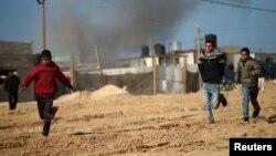 Les Palestiniens courent dans la bande de Gaza, le 6 février 2017.
