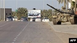Xe tăng của quân đội Libya ở ngoại ô thành phố duyên hải Misrata, cách Tripoli 200 kilomet về phía đông nam, ngày 8 tháng 4, 2011