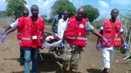 Des secouristes de la Croix-Rouge transportent un blessé après une attaque dans le Delta du Tana (21 déc. 2012)