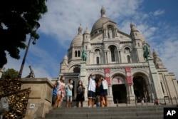 Turis berjalan-jalan di Basilika Sacre Coeur, distrik Montmartre, Paris, Perancis, Senin, 10 Agustus 2020.