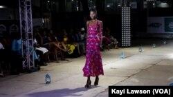 Une mannequin défilant lors de la LFW 2019, à Lomé, le 14 septembre 2019. (VOA/Kayi Lawson)