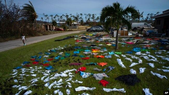 Ropa puesta a secar por sobrevivientes del huracán Dorian en el vecindario de Arden Forest, en Freeport, Bahamas, el 4 de septiembre de 2019. AP.