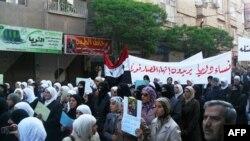 """Các phụ nữ ở Daraa biểu tình mang biểu ngữ với hàng chữ """"Phụ nữ Daraa muốn cuộc phong tỏa Daraa chấm dứt"""""""