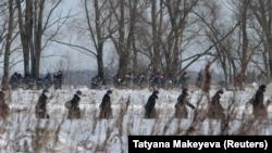 En la imagen, miembros del ministerio de Emergencia ruso y militares participan en la operación de búsqueda de restos del accidente de avión en la región de Moscú, el 12 de febrero de 2018. REUTERS/Tatyana Makeyeva