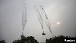 Những chiếc bong bóng bay mang theo các truyền đơn tố cáo Bình Nhưỡng được những người đào thoát khỏi Bắc Triều Tiên thả về hướng miền bắc từ một cánh đồng gần khu phi quân sự phân chia 2 miền, hôm 24/6/2012