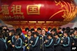 北京的学生在人民英雄纪念碑附近参加烈士纪念日纪念仪式(2016年9月30日)