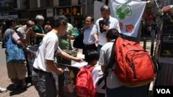 香港市民簽署六四吊唁冊 (美國之音湯惠芸拍攝)