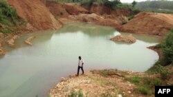 Les mineurs d'or travaillent sur un site minier dans la ville camerounaise de Betare Oya, le 4 avril 2018.