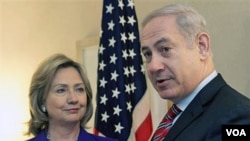 Menlu AS Hillary Clinton dan PM Benjamin Netanyahu berbicara kepada pers di New York, 11 November 2010.