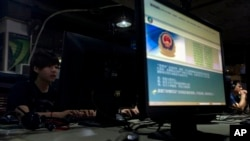 在北京一家网吧,电脑显示屏展示着必须正确使用网络的警方告示。