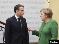 지난 8일 루마니아 시뷰에서 비공식으로 열린 유럽연합(EU) 정상회의에서 마크롱 에마뉘엘 프랑스 대통령과 앙겔라 메르켈 독일 총리가 대화하고 있다.