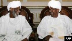 Hassan al-Turabi alikua rafiki mkubwa wa Omar al-Bashir kabla ya kugombana