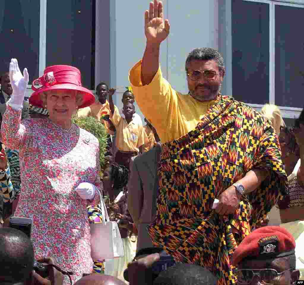 Malkia Elizabeth wa Uingereza na Rais Jerry Rawling nje ya bunge la Ghana mjini Accra Novemba 1999