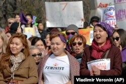 Хода з нагоди Міжнародного жіночого дня в столиці Киргизстану. Мільйони відзначають цей день по всьому світові