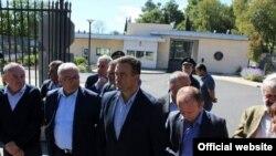 Lideri DF-a ispred američke ambasade (rtcg.me)