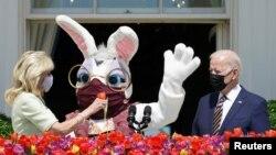 美国总统乔·拜登准备在白宫蓝厅阳台就传统的复活节发表讲话。站在他身旁的是第一夫人吉尔·拜登和由总统军事助理扮演的复活节兔。(2021年4月5日)