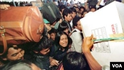 Ribuan pemudik lebaran berdesakan di stasiun Senen (foto: dok). Banyak pemudik memilih pulang pada H+1 karena harga karcis yang lebih murah serta menghindari antrian panjang saat membeli karcis.