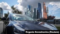 Mobil listrik Tesla Model 3 dalam foto ilustrasi di Moskow, Rusia, 23 Juli 2020. (Foto: Reuters)