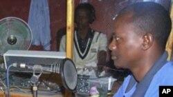 在这张2010年拍摄的照片中,阿卜迪正在摩加迪沙的电台进行广播