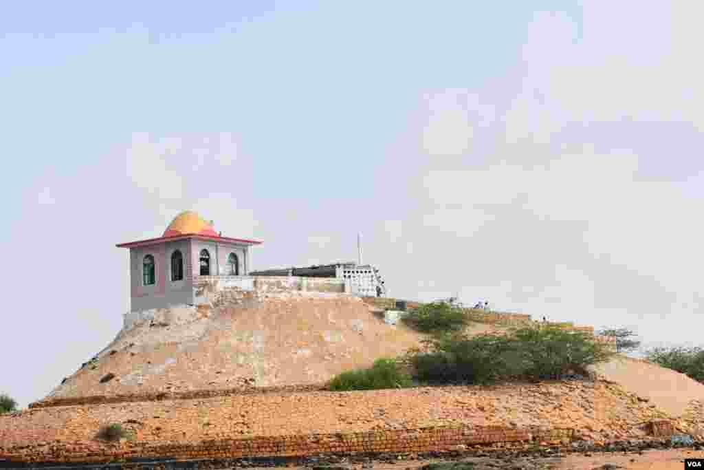 شاہ حسن مزار ایک بلند چبوترے پر بنا ہوا ہے۔ اس لیے یہ کافی دور سے نظر آتا ہے۔