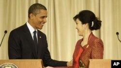 태국을 방문해 공동기자회견장에서 잉락 칫나왓(오른쪽) 태국총리와 악수를 나누는 바락 오바마 미 대통령