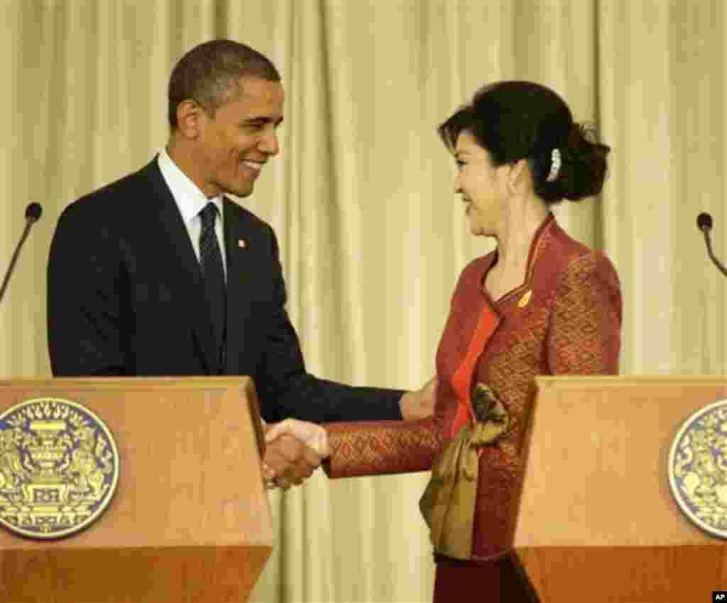 18일 태국을 방문해 공동기자회견장에서 잉락 칫나왓 태국총리와 악수를 나누는 바락 오바마 미 대통령.