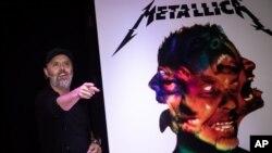 """Lars Ulrich, co-fundador de Metallica, posa para la prensa antes de firmar copias del álbum """"Hardwired to Self-Destruct"""". Londres, 17-11-16."""
