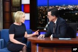 """Senator Kirsten Gillibrand bersama dari Partai Demokrat bersama komedian Stephen Colbert dalam acara bincang """"The Late Show With Stephen Colbert,"""" 15 Januari 2019 di New York. (Foto: CBS via AP)"""