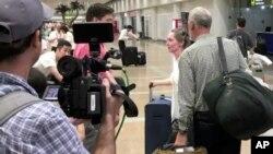 미국 구호단체 '조선의 그리스도인 벗들' 하이디 린튼 대표(오른쪽 두번째)가 31일 국무부의 여행금지 명령으로 북한을 나온 후 중국 베이징 국제공항에서 기자들의 질문에 답하고 있다.