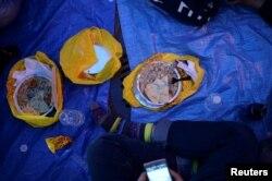 Makanan-makanan yang disajikan aktivis Muslim saat berbuka puasa bersama pemeluk agama lain di luar Trump Tower, New York, 1 Juni 2017. (Foto: Reuters)