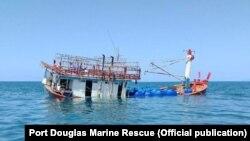 Chiếc tàu của người xin tị nạn Việt nam bị bỏ rơi gần cửa sông Daintree ở Bắc Úc