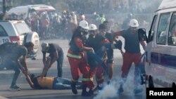 بیروت میں حکومت مخالف مظاہرے میں زخمی ہونے والے ایک شخص کو ایمبولینس تک پہنچایا جا رہا ہے۔ 8 اگست 2020