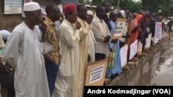 Vue de la manifestation des victimes devant leur siège à N'Djamena, le 11 juillet 2019. (VOA/André Kodmadjingar)