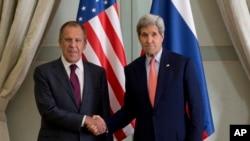 俄羅斯外長拉夫羅夫於美國國務卿克里2014年10月14日在巴黎會面 (資料圖片)