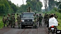 Des combattants du groupe rebelle M23 sur une route près de la frontière avec le Rwanda, à Kirumba, au nord de Goma, RDC, 27 novembre 2012.