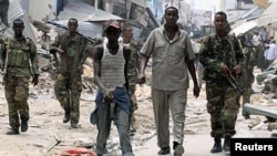 Soldats somaliens en patrouille à Mogadiscio (30 avril 2012).