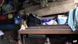 图为跟随家人逃离科特迪瓦的儿童5月30日在该国西部一家天主教堂的教室里玩耍