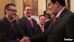 Pérez servía como enlace entre los empresarios y el gobernante Partido Socialista y ha expresado apoyo a la unificación de las tres tasas de cambio oficiales de Venezuela, que los propietarios de bonos del país, creen que están plagadas de corrupción y llevando el país hacia el incumplimiento de pagos.