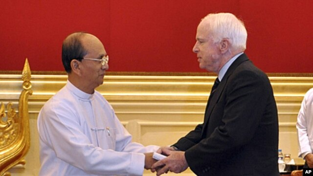 Burma's President Thein Sein welcomes US Sen. John McCain at the Presidential Palace in Naypyitaw, Burma, January 22, 2011.