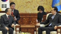 لی میونگ باک رییس جمهوری کره جنوبی سمت راست در دیدار با دای بینگو مقام چیتی - ۲۸ نوامبر ۲۰۱۰