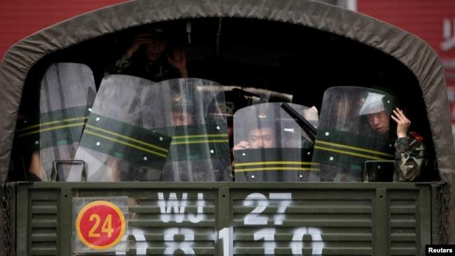 资料照:新疆乌鲁木齐市中心卡车内的武警士兵。(2009年7月6日)